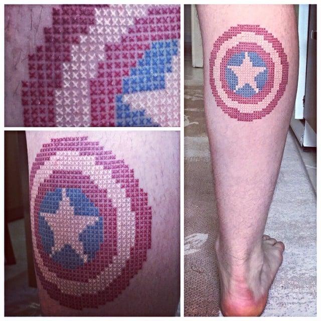 tatuaje punto de cruz en forma del escudo del capitán américa