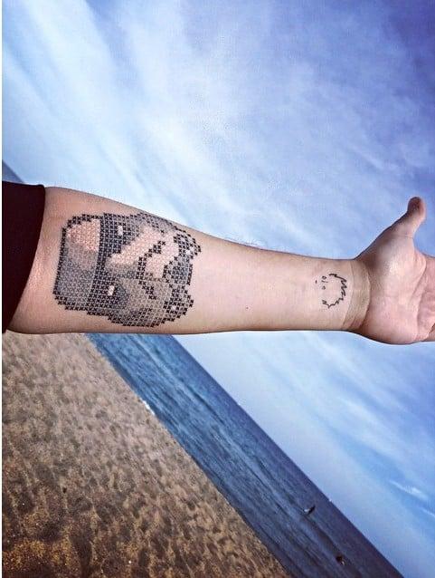tatuaje punto de cruz en forma de la cara de Darth Vader