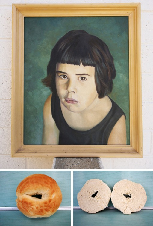 Retrato de una niña colgado en la pared con dos divisiones de imágenes de la mitad de un pan