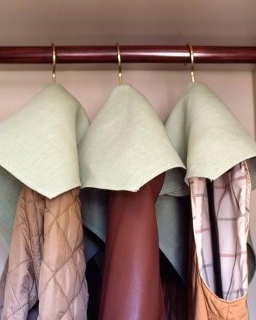Fotografía que muestra ropa colgada sobre un tubo