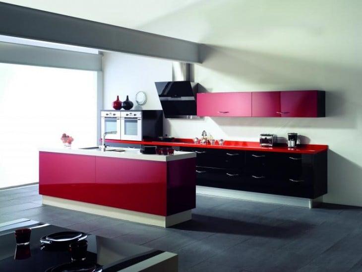 Fotografía de una cocina integral de color rojo