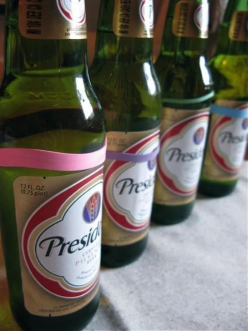 Bandas de goma de diferentes colores para distinguir tu bebida