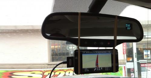 Con dos bandas de goma coloca un gps en el espejo retrovisor