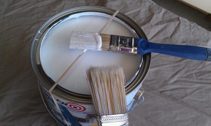 Banda de goma sobre una lata para colocar la brocha de pintura