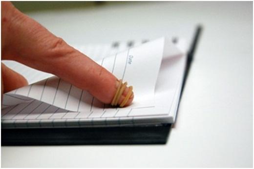 Coloca una banda de goma en tu dedo para pasar las páginas