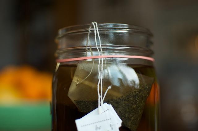 Sujeta la cadena de la bolsa de té con una banda de goma