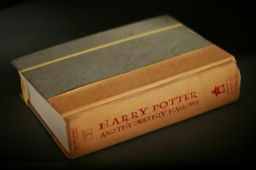 Banda de goma alrededor de un libro para mantenerlo cerrado