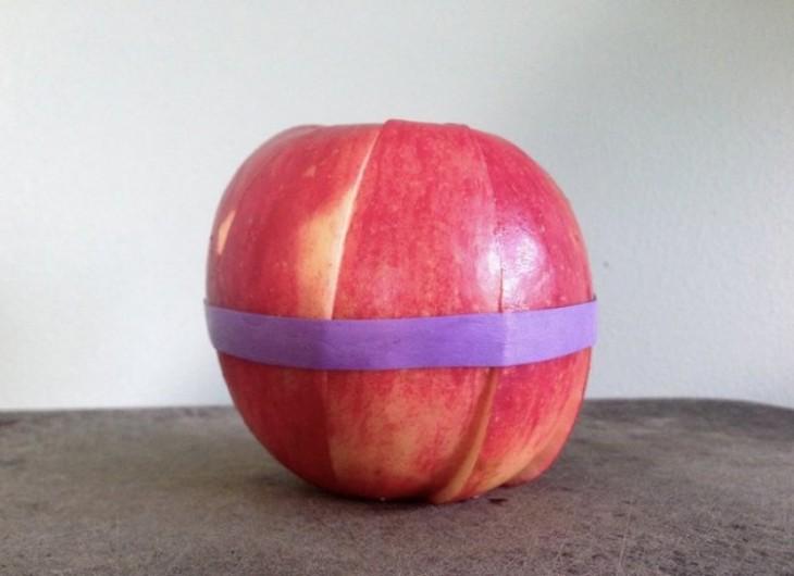 Coloca una banda de goma elástica alrededor de una manzana para mantener juntas las rodajas