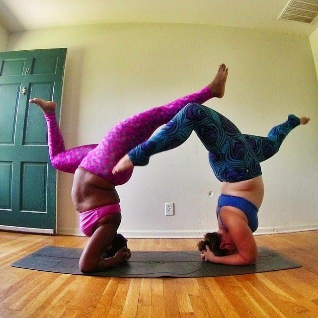 Instructora Stanley junto a otra chica en una postura de yoga