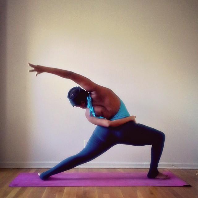 Instructora Stanley en una postura de yoga (Yogi con sobrepeso)