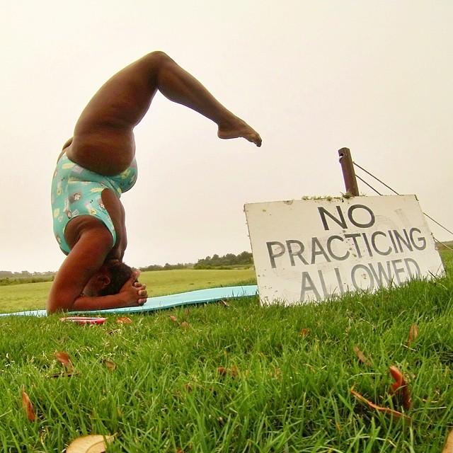 Instructora de yoga Stanley en una postura de cabeza con los pies hacia atrás al aire libre