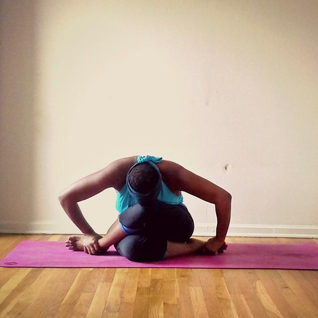 Stanley Instructora de yoga en el suelo