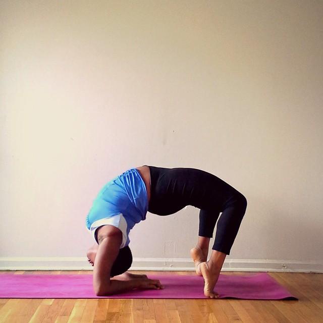 (Yogi con sobrepeso) Stanley instructora de yoga inclinada hacia atrás