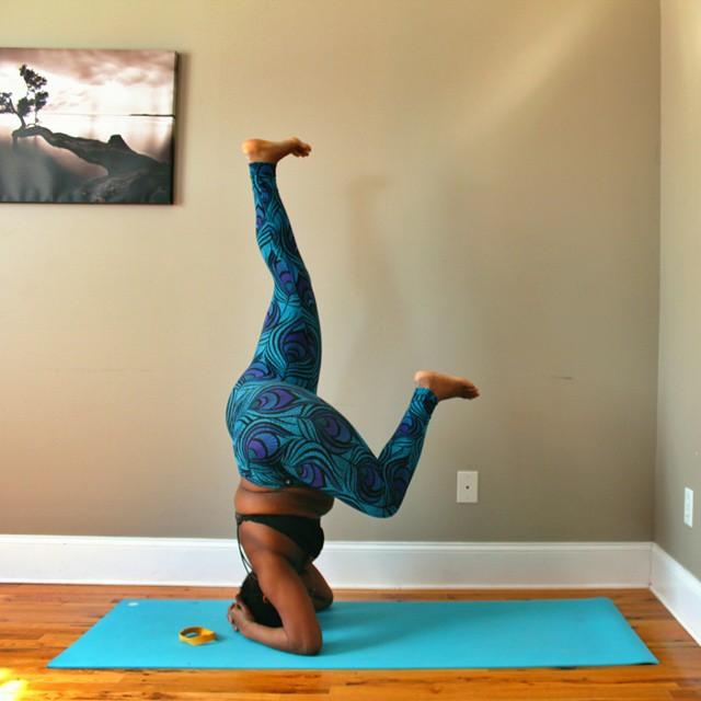 Instructora Stanley de cabeza en posición de yoga (Yogi con sobrepeso)