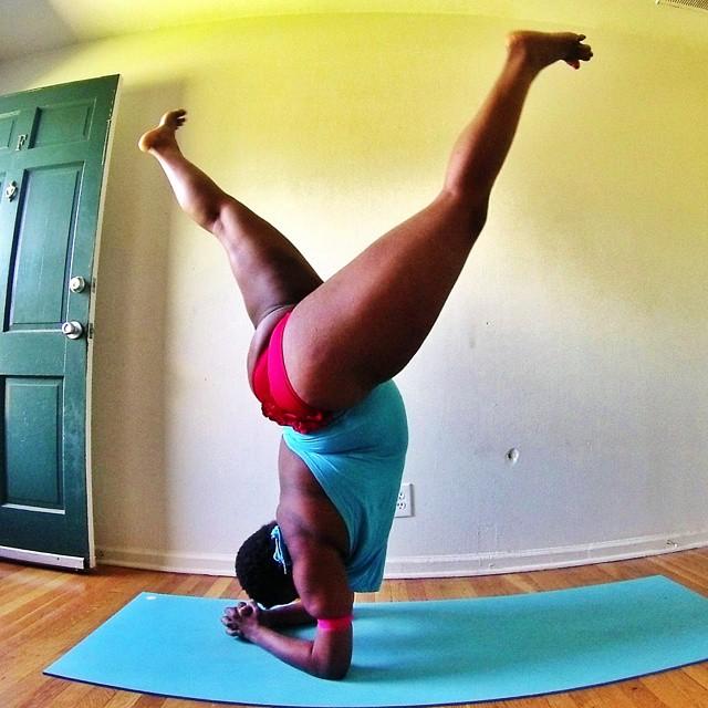 Instructora Stanley en una postura de cabeza de yoga (Yogi con sobrepeso)