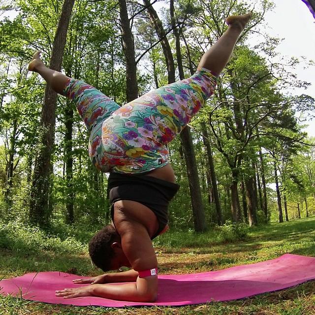 Instructora Stanley en postura de yoga con la cabeza hacia abajo (Yogi con sobrepeso)