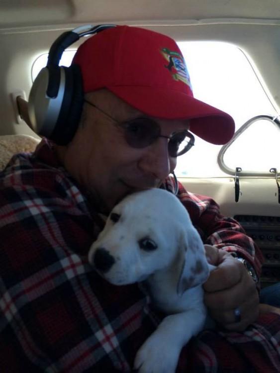 Netanel de la organización alas de rescate con un perro dentro de un avión