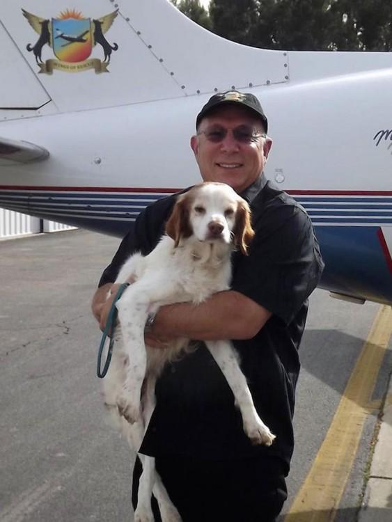 Netanel creador de la organización alas de rescate con un perro en sus brazos
