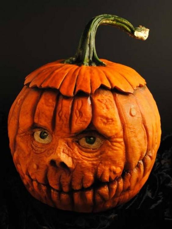 arte en una calabaza con la forma de un cráneo en color naranja