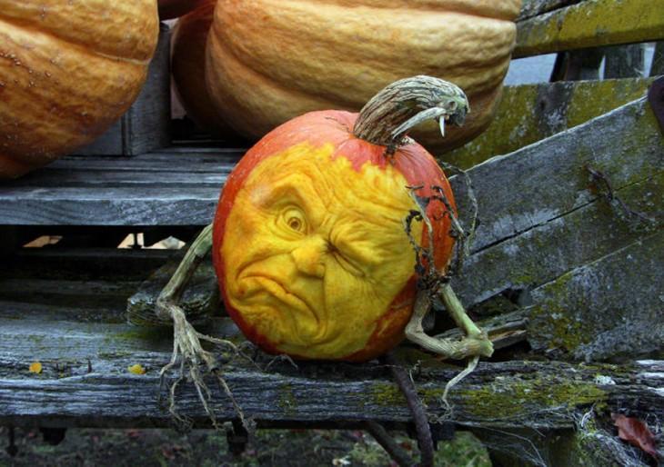 arte con calabazas en forma de cabeza con un ojo cerrado y simulando que tiene una mano en la cara