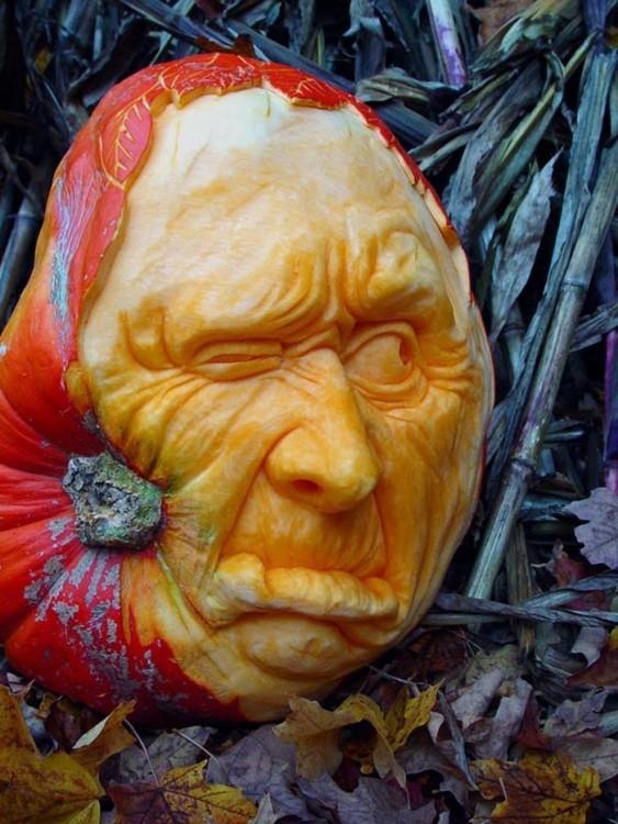 arte con calabazas en forma de cara con un ojo entre cerrado, nariz y boca