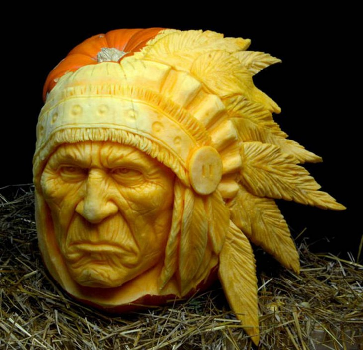 arte con calabazas en forma de cara de un apache