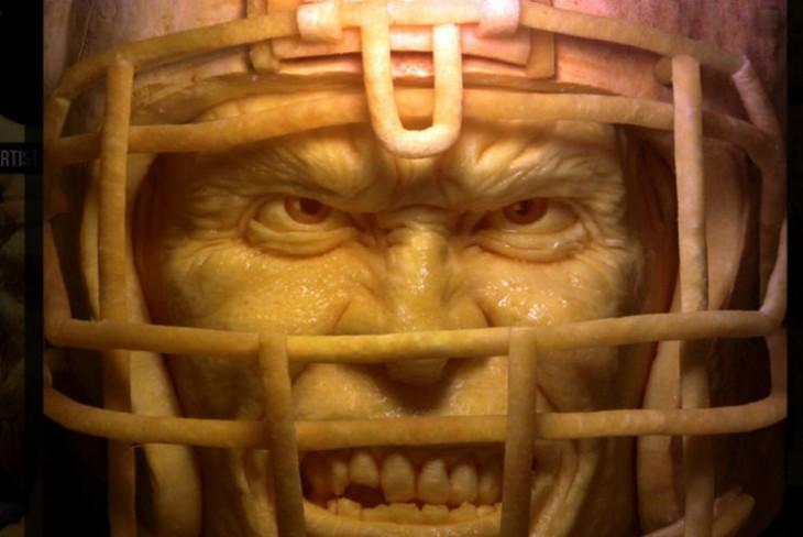 arte con calabazas en forma de cara con un casco de fútbol americano