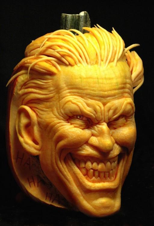 Arte con calabazas en forma de cara sonriente con cabello y orejas