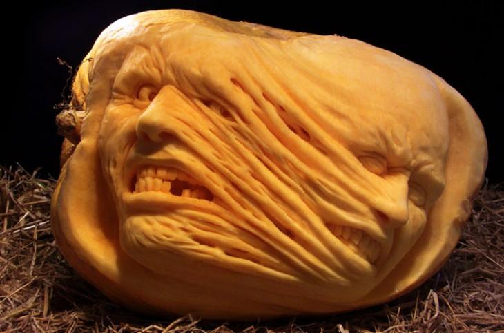 Calabaza hecha arte con una figura que simula tener dos caras unidas