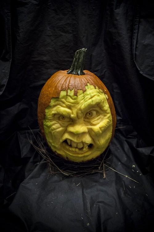 Calabaza con la forma de una cara deforme
