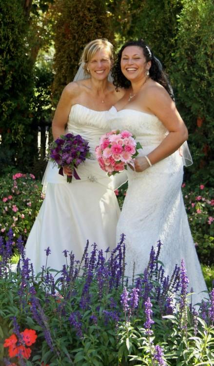 Sharon & Charlotte recién casadas con su vestido blanco