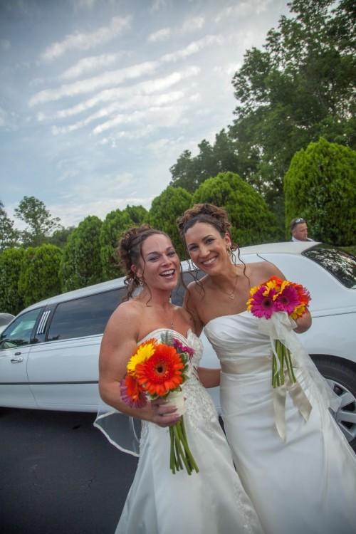 Stacy And Denise con sus vestidos de novia y detrás de ellas una limusina
