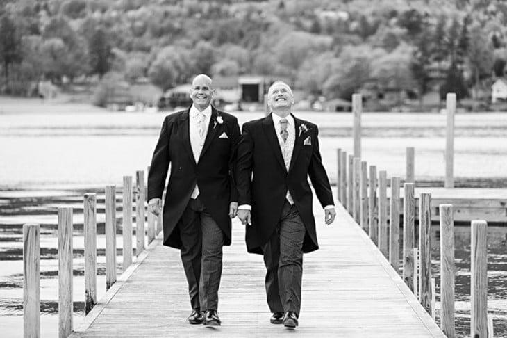 Randal And David caminando de la mano por un puente