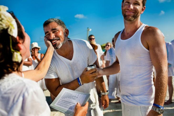 Carlos And Dany agarrados de la mano mientras una chica le agarra el cachete