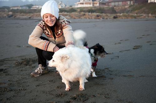 mujer jugando con sus perritos