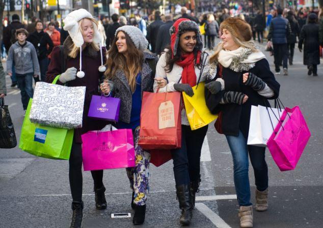 mujeres con muchas bolsas por haber comprado en los malls