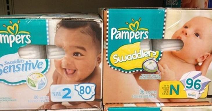 parece que un bebé se esta tragando los pañales