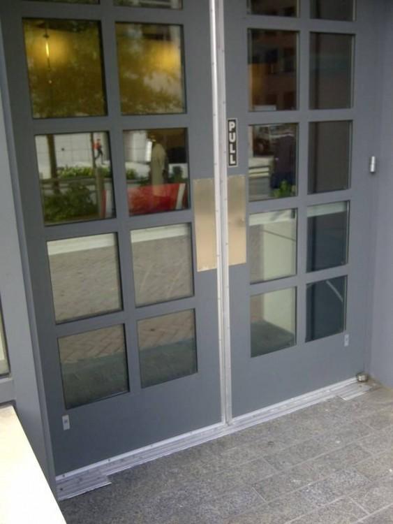 puerta que dice jale y no tiene jalador