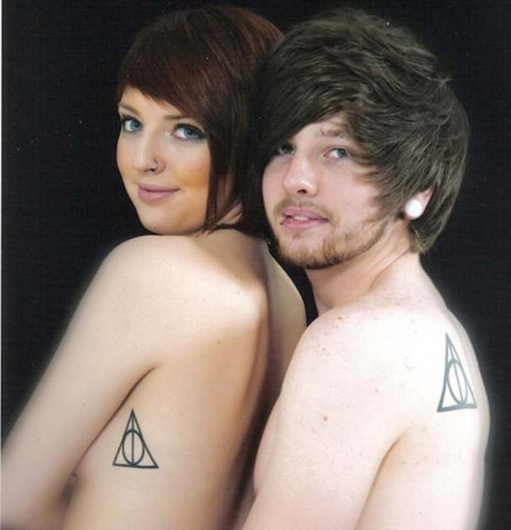parejas con tatuaje de triangulo en el cuerpo