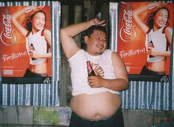Este hombre tan sexy posando para cocacola