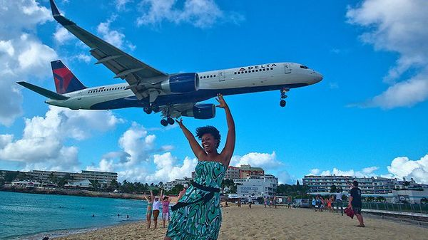 mujer parece que carga avión