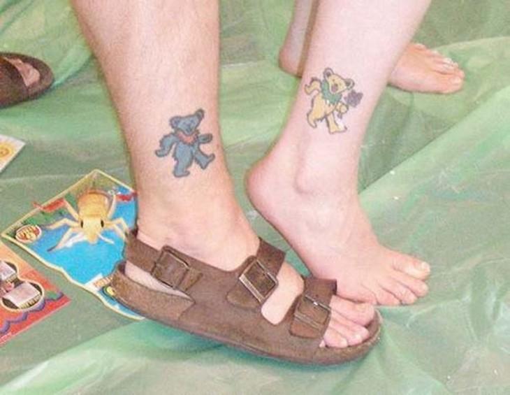 tatuaje de pareja de ositos en el tobillo