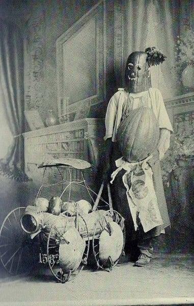 hombre disfrazado para halloween con calabazas reales posando al parecer en la sala de su casa