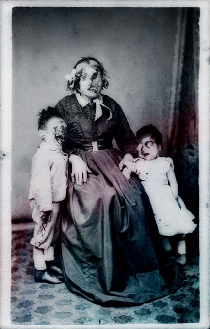 familia muerta fotografiada con cara deforme