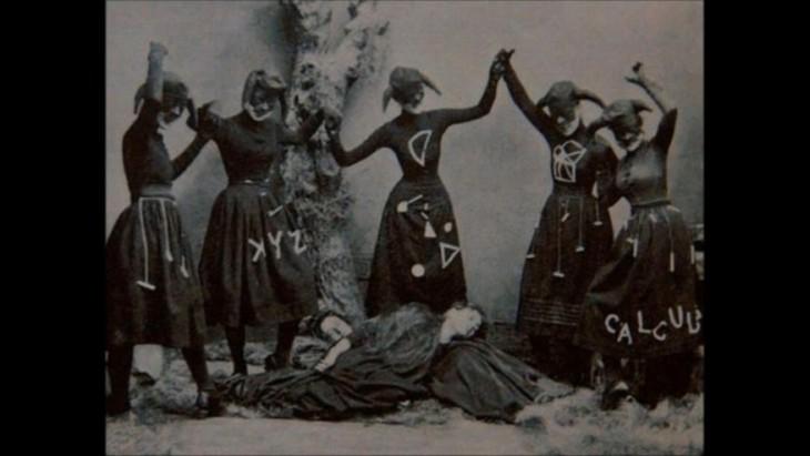 mujeres posando para la foto de fiesta de halloween como si fueran brujas en realidad parece un culto satanico de brujas