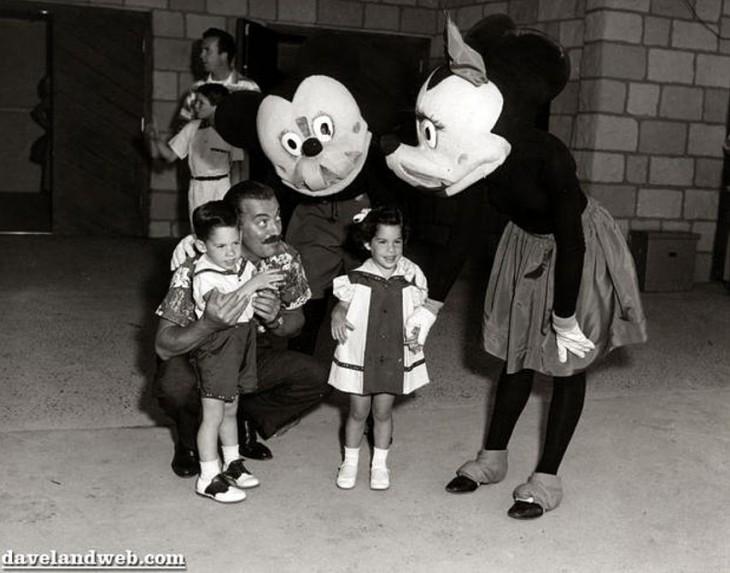 foto de niños con dotos con mickey mouse
