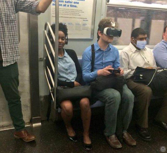 hombre jugando videojuegos en el metro