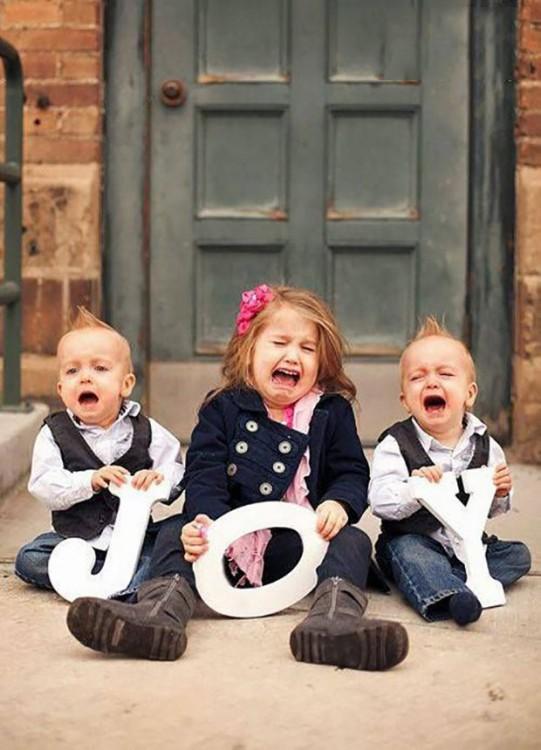 niños deteniendo la palabra alegria pero estan llore y llore