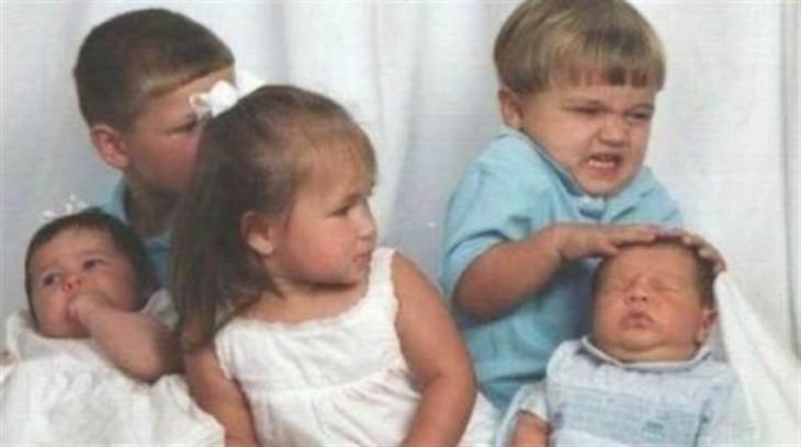 niño haciendo cara de fuchi al hermano