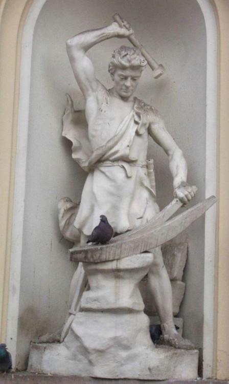 foto donde parece que escultura le va a quitar la vida a una paloma